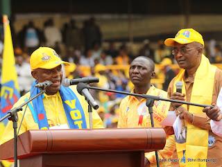 De gauche à droite bout à bout, Evariste Boshab, secrétaire général du PPRD et Emile Bongeli, cadre du PPRD, lors du 2ème congrès de leur parti politique le 19/08/2011 au stade des martyrs à Kinshasa. Radio Okapi/ Ph. John Bompengo