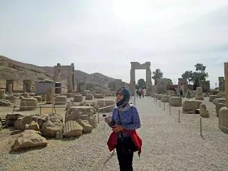 Tác giả giữa một phế tích xứ Ba Tư.