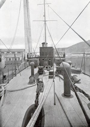 Observese la sencillez del puente y castillo del cañonero. Foto del libro OBRAS. S.E. de C.N. Año 1923.jpg