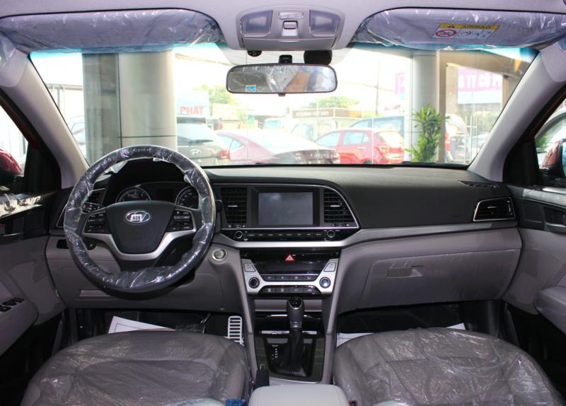 Nội thất xe Hyundai Elantra 5 chỗ màu đỏ 01