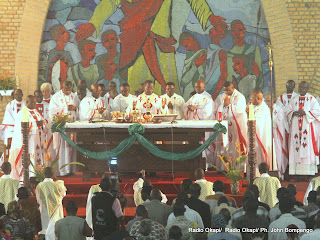 Des évêques catholiques, lors d'une messe dite le 12/1/2012 à la Cathédrale Notre Dame du Congo. Radio Okapi/ Ph. John Bompengo
