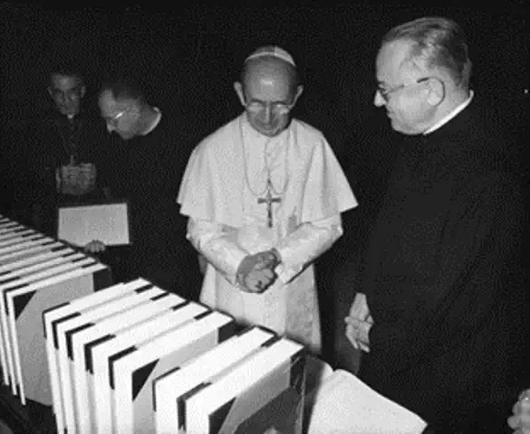 Linh mục R. Busa giới thiệu với ĐTC Phaolô VI bảng chỉ mục gồm 56 quyển toàn bộ tác phẩm trong đời thánh Tôma Aquinô