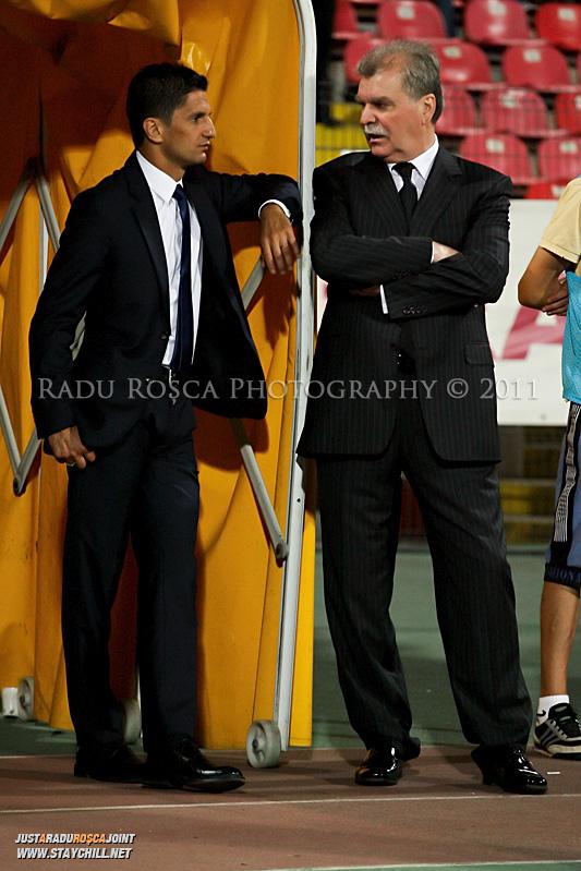 Razvan Lucescu si Dinu Gheorghe asteapta inceputul meciului dintre Dinamo Bucuresti si Rapid bucuresti, din cadrul etapei a VII-a a ligii 1 de fotbal, duminica, 18 septembrie pe stadionul Dinamo din Bucuresti.
