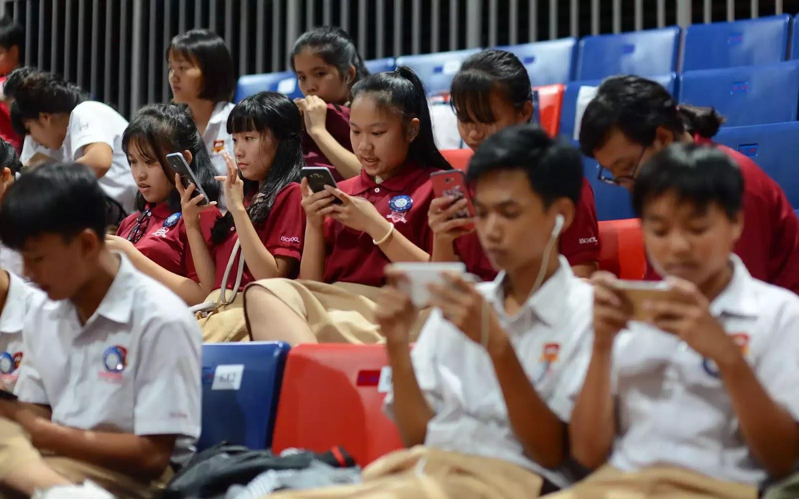 Phụ huynh vẫn trang bị điện thoại, máy tính cho con phục vụ việc học nhưng vẫn lo lắng vì sợ con quá phụ thuộc công nghệ.