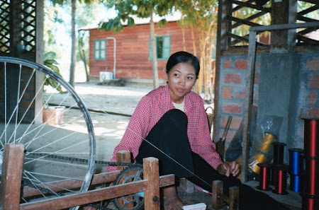 Fete Cambogia: torcatoare de matase