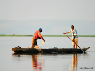 Pêcheurs sur le fleuve Congo, au niveau du Pool Malebo, non loin de Kinshasa. 2004.