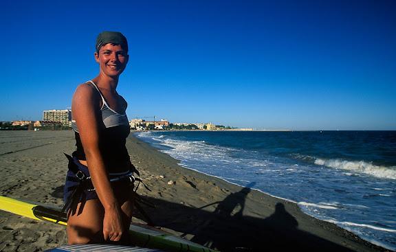 Surfista a la platja de l'Arenal. Hospitalet de l'Infant. Vandellòs, Baix Camp, Tarragona 2003.07