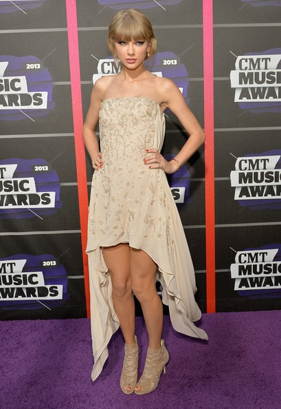 Taylor Swift attends the 2013 CMT Music awards