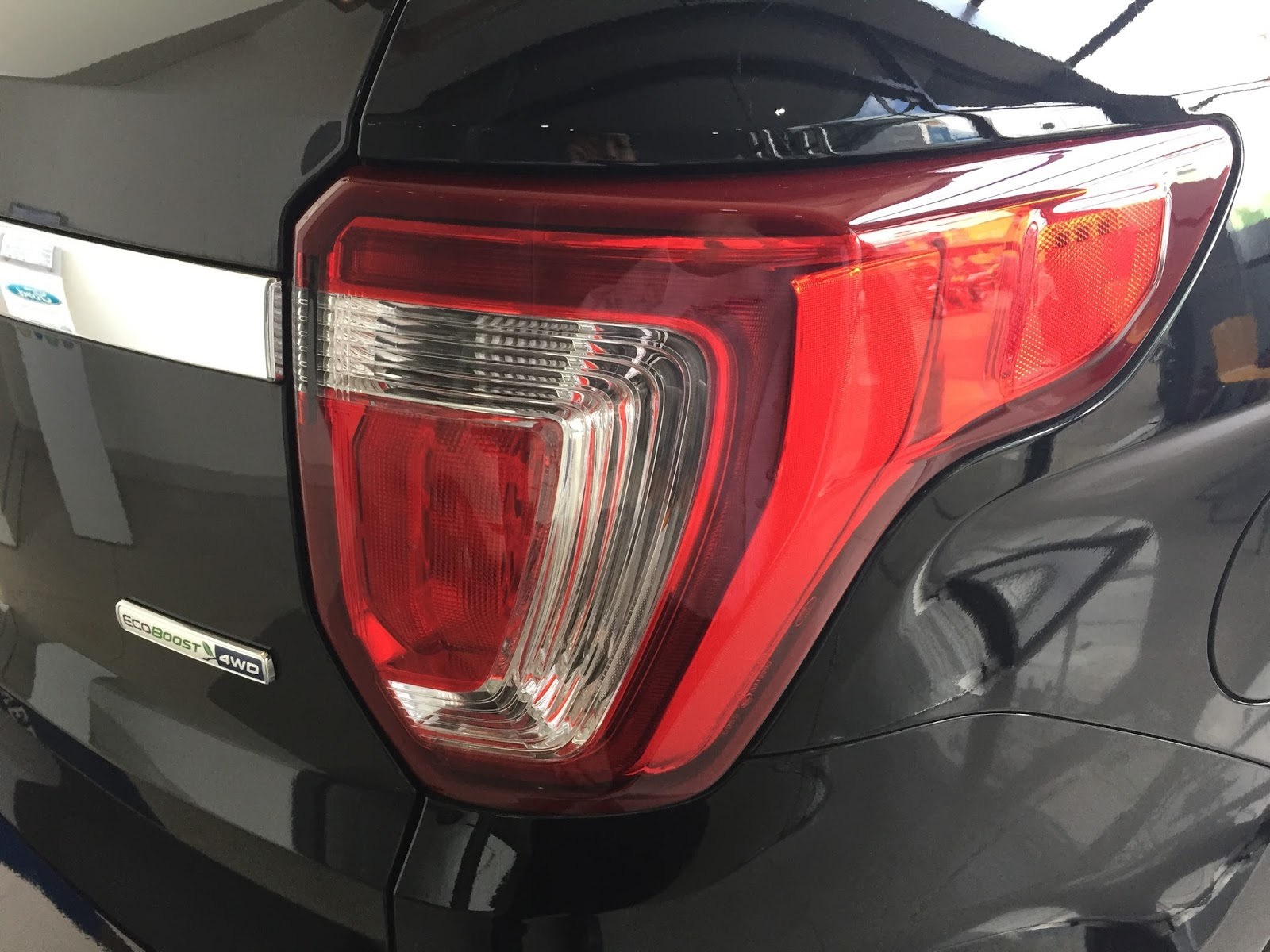 Xe Ford Explorer Limited 4WD màu đen 03