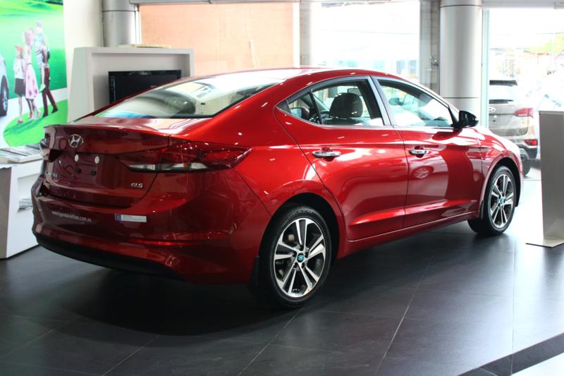 Xe Hyundai Elantra 5 chỗ màu đỏ 04