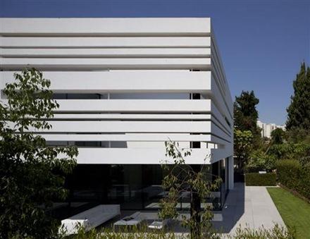casa-fachada-minimalista-Pitsou-Kedem