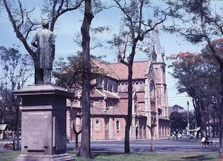"""Tượng đài nhà bác học Petrus Ký gần Nhà thờ Đức Bà bị """"bức tử"""", dẹp bỏ."""
