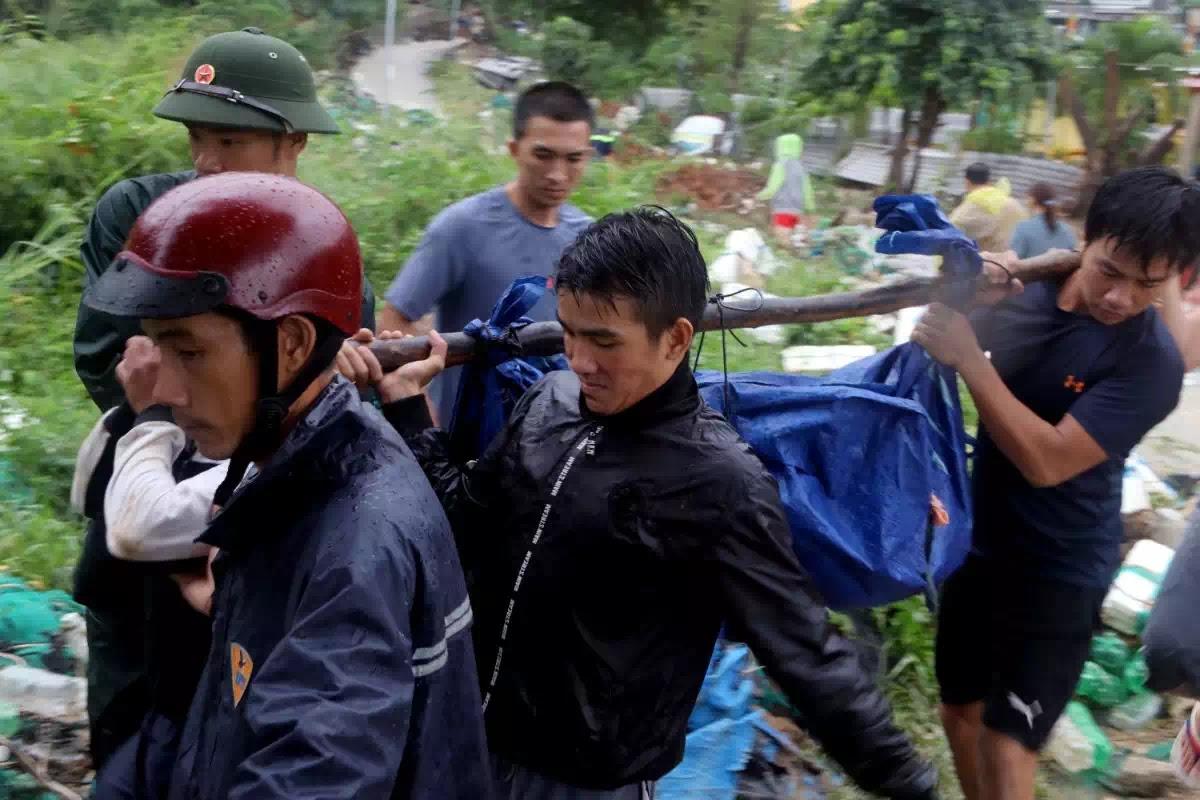 Thi thể một nạn nhân được đưa ra khỏi khu vực sạt lở ở thôn Thành Phát.