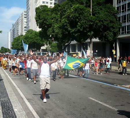 Un protest al unui grup de credinciosi al caror mesaj era ca Rio nu inseamna doar fotbal si Carnaval, ci si credinta in Dumnezeu.jpg