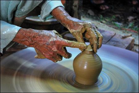 """Công đoạn """"chuốt gốm trên bàn xoay bằng gỗ truyền thống"""