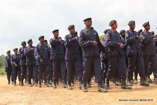 Défilé de la police à Kisangani, décembre 2010.