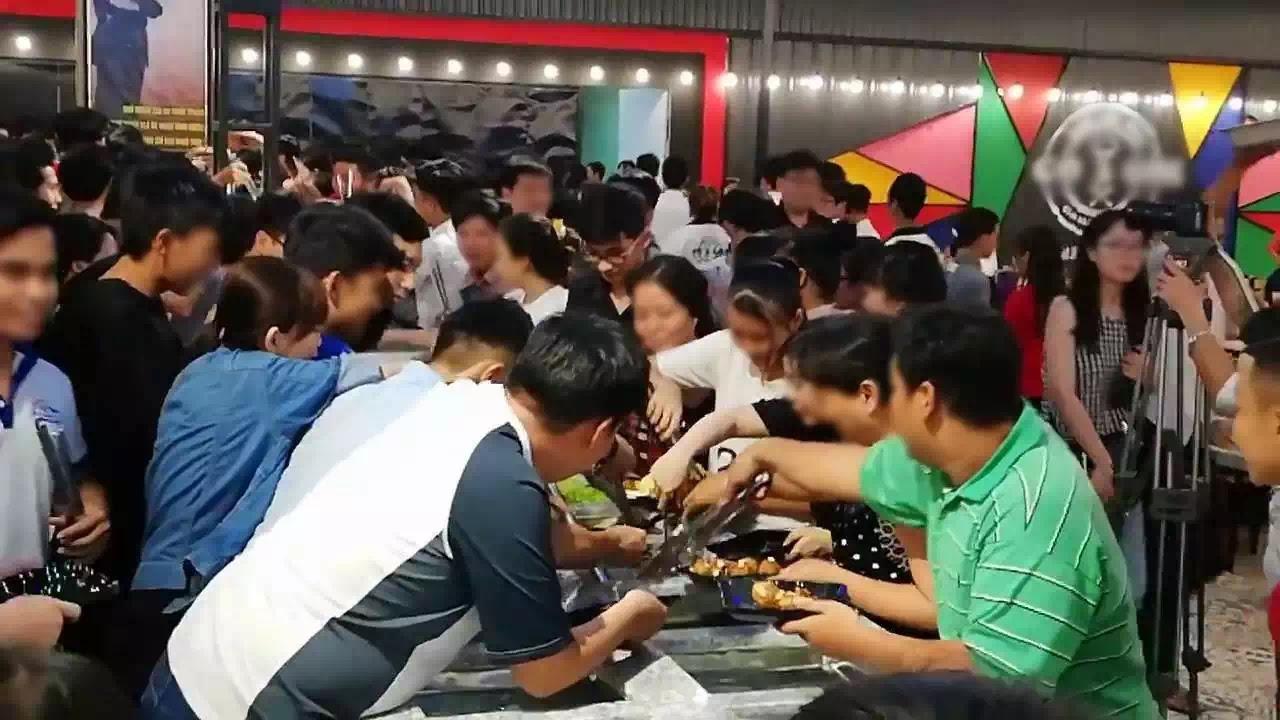 Chen lấn ăn buffet miễn phí