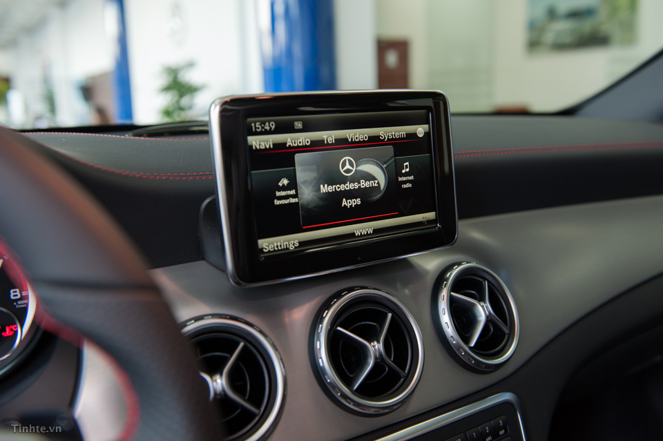 Nội thất xe Mercedes Benz GLA45 AMG 4Matic màu trắng 09