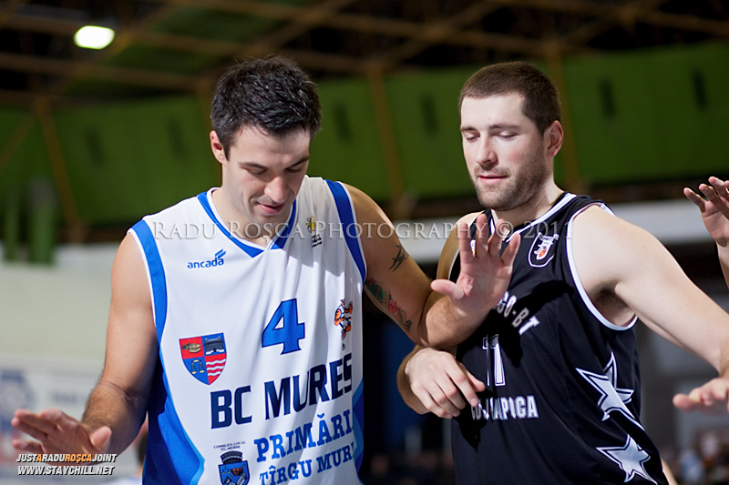 Virgil Stanescu (stanga) si Zoran Krstanovic (dreapta) in timpul  partidei dintre BC Mures Tirgu Mures si U Mobitelco Cluj-Napoca din cadrul etapei a sasea la baschet masculin, disputat in data de 3 noiembrie 2011 in Sala Sporturilor din Tirgu Mures.