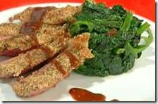 Tagliata di vitellone in crosta di pane con salsa barbecue e spinaci
