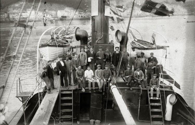 La tripulación del buque y detalle de la popa. Fondo Car. Ricardo Martin. Ca. 1919.jpg