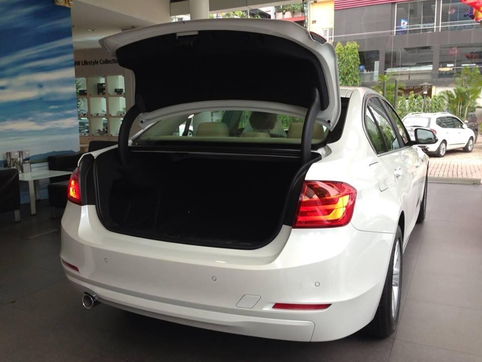 Xe BMW 320i new model màu trắng 04