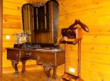 Sodybos šeimininkas Gediminas parodė senovinius žemės ūkio padargus, antikvarinius baldus ir kitokius retus muziejinius eksponatus.
