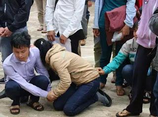 Chị Mai Thị Khuyên gục xuống sau phiên tòa kết án tử chồng mình.