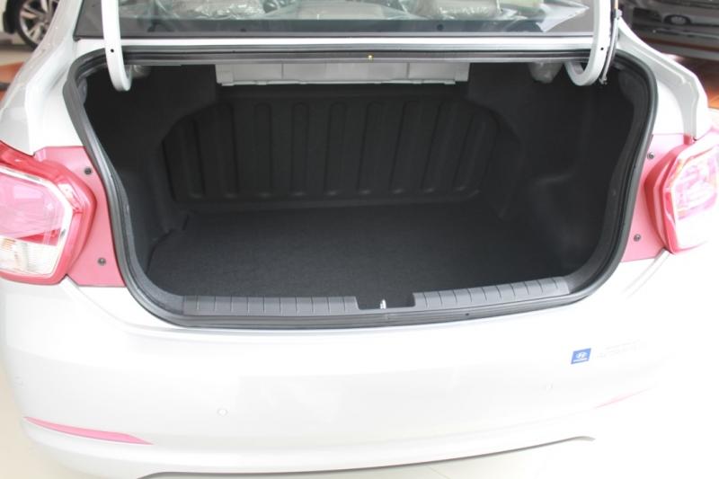 Nội thất xe Hyundai Grand i10 SEDAN 2017 màu bạc 04