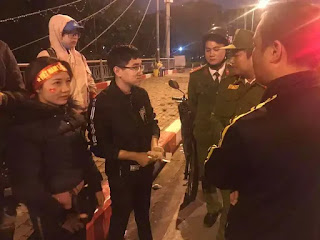 Khi sự việc xảy ra, may thay các chiến sĩ công an đến kịp thời, người dân cũng xúm vào giúp đỡ, bảo vệ khi biết đôi bạn trẻ làm việc thiện.