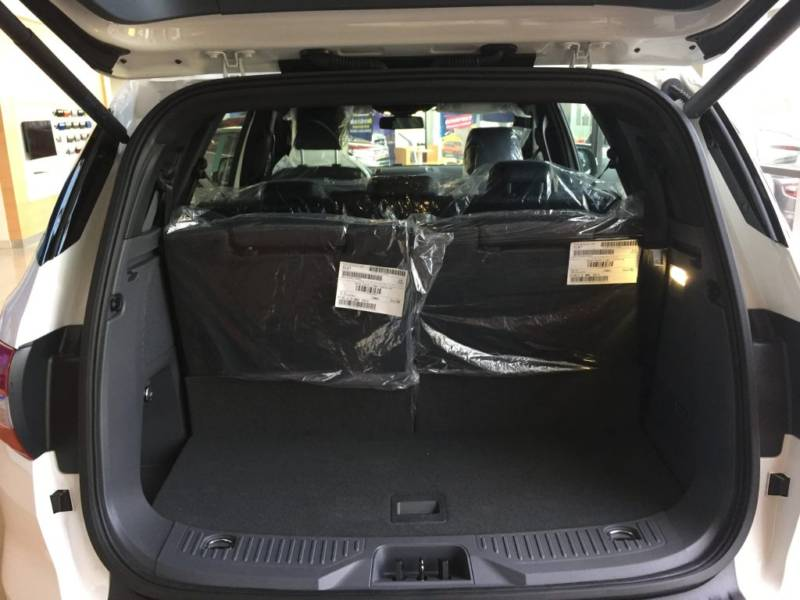 Nội thất xe Ford Everest 7 chỗ 2018 màu đen 010
