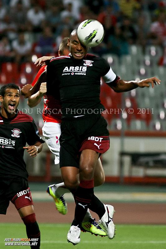 Antonio Marcos de la Rapid si Cosmin Moti de la Dinamo se lupta pentru balon in timpul meciului dintre Dinamo Bucuresti si Rapid bucuresti, din cadrul etapei a VII-a a ligii 1 de fotbal, duminica, 18 septembrie pe stadionul Dinamo din Bucuresti.