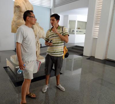 Andy y Horacio discutiendo sobre el calzado de Nerón en el museo de Aphrodisias.JPG