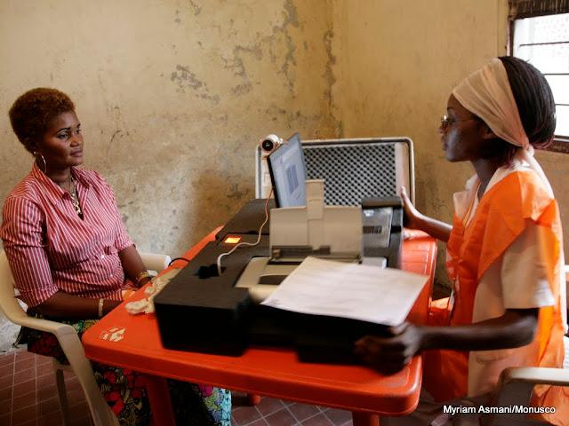 Enrôlement d'une électrice ce 7 juin 2009 à Kinshasa , lors de la révision du fichier électoral.