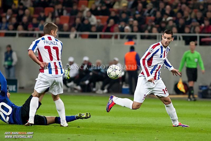 Bratislav Punosevic primeste o pasa in timpul meciului dintre FC Otelul Galati si Manchester United din cadrul UEFA Champions League disputat marti, 18 octombrie 2011 pe Arena Nationala din Bucuresti.