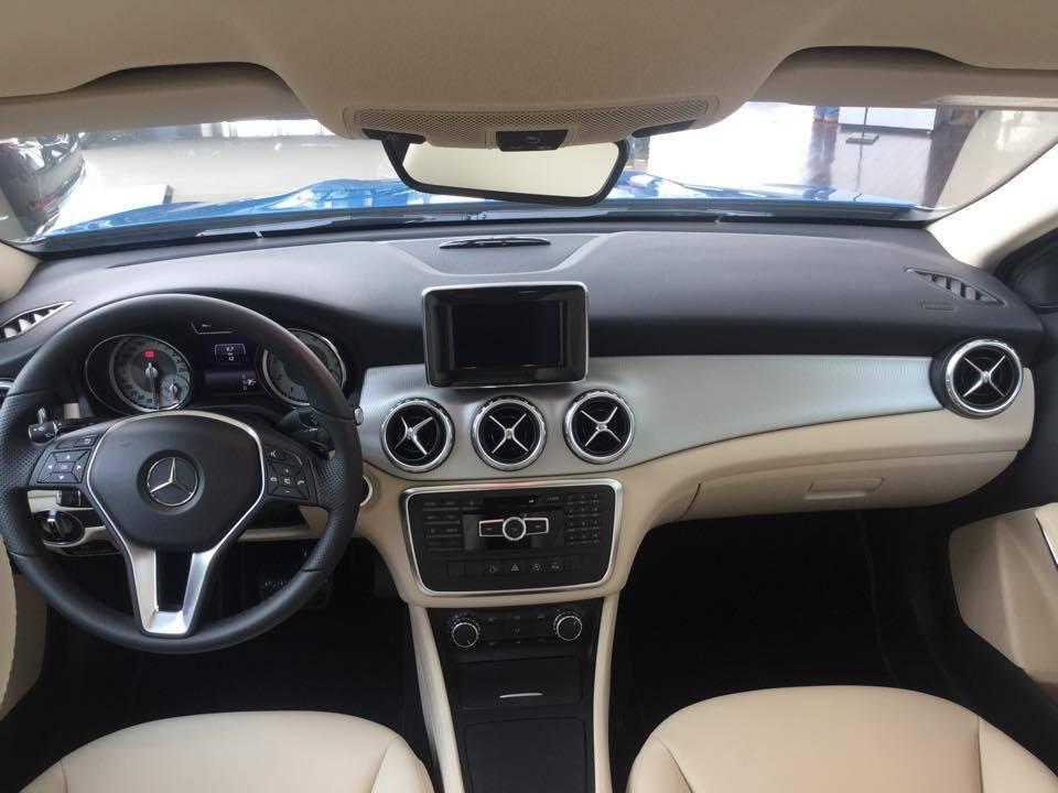 Nội thất xe Mercedes Benz GLA200 2017 màu xanh 01