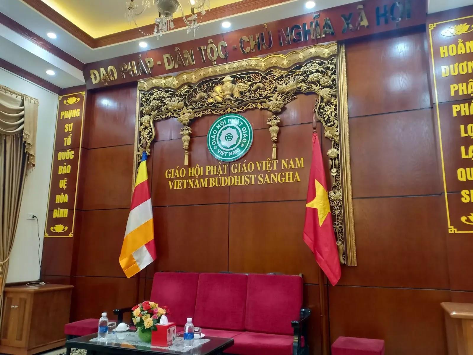 Chiều 26/03/2019, Giáo hội Phật giáo Việt Nam đã buổi gặp gỡ báo chí để thông tin về sự việc đang gây ồn ào ở chùa Ba Vàng, và đây là cách bài trí phông màn.