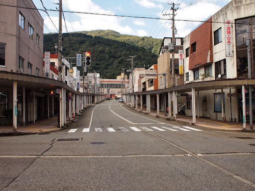 [写真]閑散とした駅前商店街のアーケード