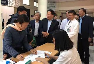 Bí thư tỉnh uỷ Bắc Ninh đến nắm bắt tình hình, thăm hỏi các gia đình đưa con đi xét nghiệm sán lợn
