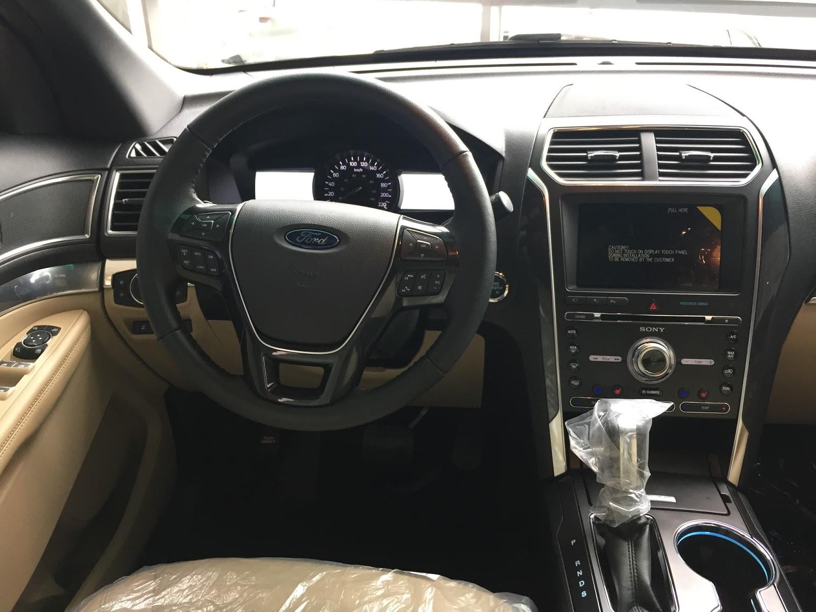 Nội thất xe Ford Explorer 2018 Màu Đỏ 06