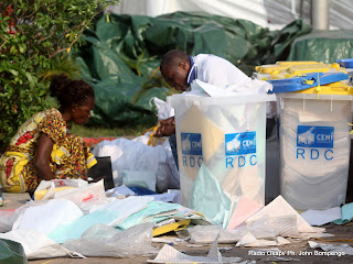 Classements des bulletins et des urnes par des agents électoraux  le 2/12/2011 au centre de compilation à l'enceinte de la foire internationale de Kinshasa, des élections de 2011 en RDC. Radio Okapi/ Ph. John Bompengo