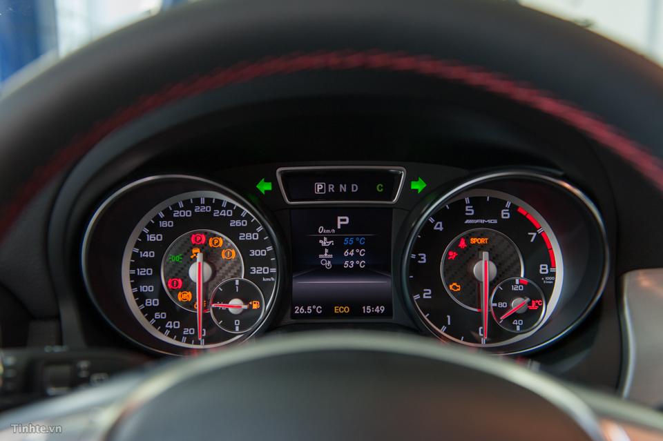 Nội thất xe Mercedes Benz GLA45 AMG 4Matic màu trắng 04