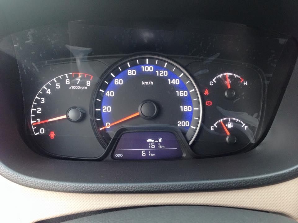 Nội thất xe Hyundai Grand i10 Sedan màu bạc 04
