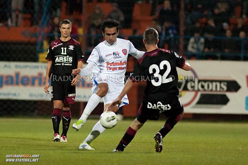 Adrian Iencsi de la FCM si Iulian Apostol de la Rapid se dueleaza in timpul meciului dintre FCM Tirgu Mures si FC Rapid Bucuresti din cadrul etapei a XIII-a a Ligii Profesioniste de Fotbal, disputat luni, 7 noiembrie 2011, pe stadionul Transil din Tirgu Mures.