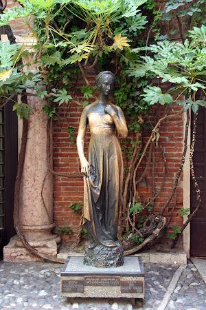 Atractii Italia: Statuie Julieta din Verona