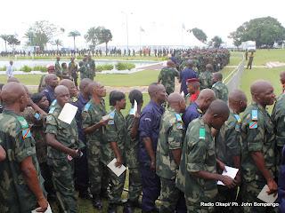 Des militaires(en vert) et des policiers(en bleu) rangés pour accéder au chapiteau ce 17/05/2011 au Palais de la Nation à Kinshasa, lors de repas de corps offert par le Président Joseph Kabila, aux éléments Fardc et Pnc. Radio Okapi/ Ph. John Bompengo