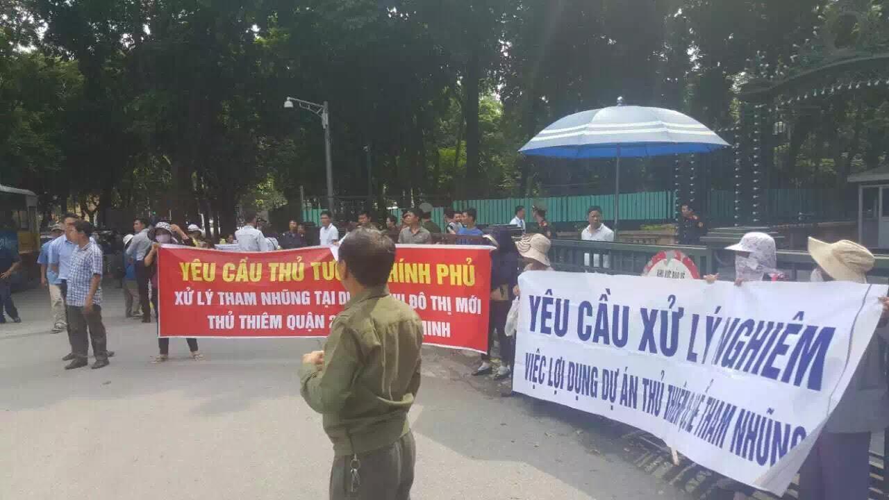 Hơn 60 hộ dân thuộc Dự án Khu đô thị mới Thủ Thiêm biểu tình trước Văn phòng Chính phủ, Thủ tướng và Quốc hội ngày 28/10/16.