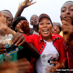 Des partisans de l'UDPS  le 26/11/2011 le long de l'aéroport international de N'djili à Kinshasa, lors de l'arrivé d'Etienne Tshisekedi en provenance du Bas-Congo. Radio okapi/ Ph. John Bompengo