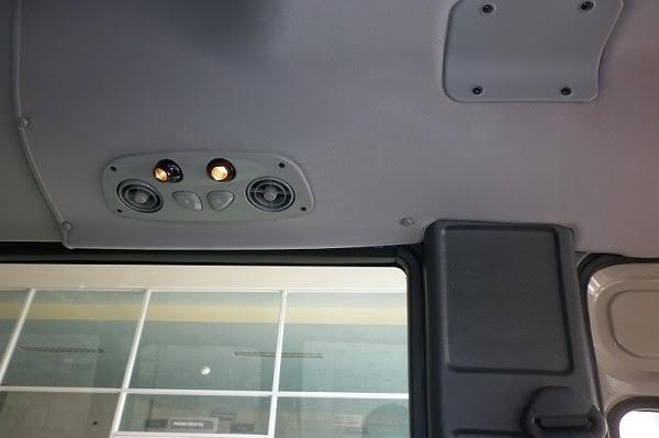 Đèn trần sang trọng, thiết kế đầy tinh tế trên xe khách 29 chỗ