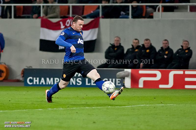 Wayne Rooney preia un balon la marginea careului advers in timpul meciului dintre FC Otelul Galati si Manchester United din cadrul UEFA Champions League disputat marti, 18 octombrie 2011 pe Arena Nationala din Bucuresti.